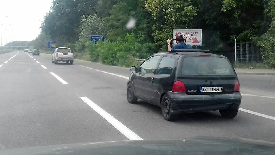 TV ekipa snima prevoz Piroćanca na Ibarskoj magistrali.